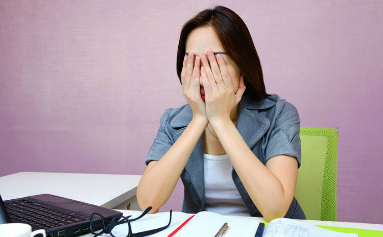 肩こりの原因にも。つらい目の疲れを取る3つの方法