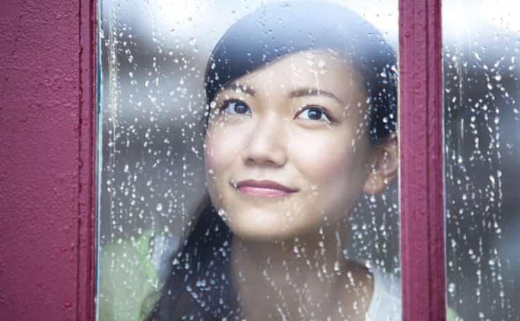 くすみはホコリ、シミはゴミ。トラブル続きの梅雨の肌対策