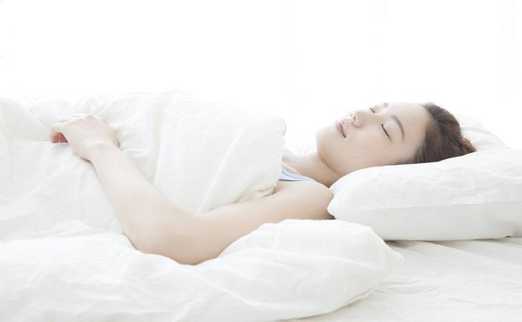 夏の乾燥肌と眠りの因果関係とは